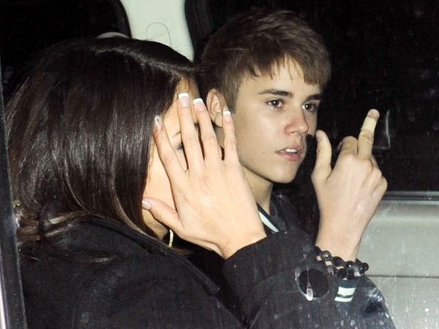 justin bieber middle finger to paparazzi. besieged Justin Bieber in