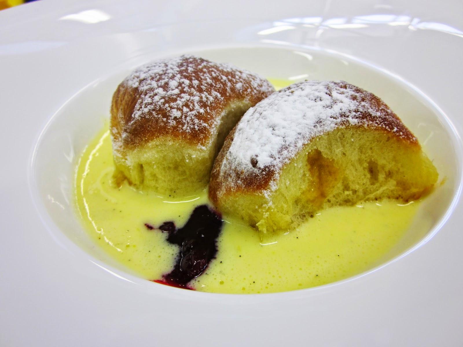 buchteln ovvero dolcetti tirolesi di pasta lievitata con salsa alla vaniglia