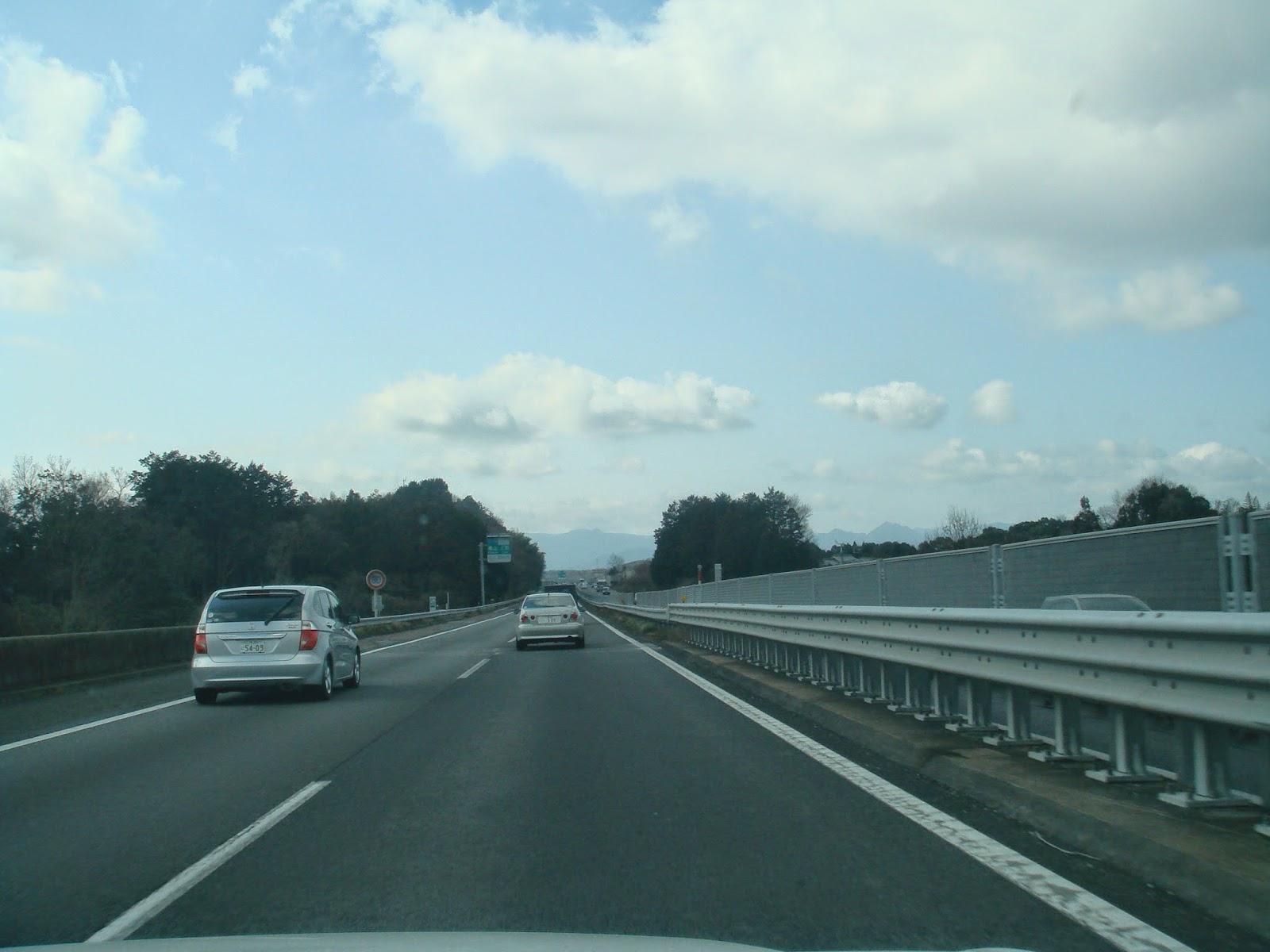 日本の道は高速でもあまり広くない