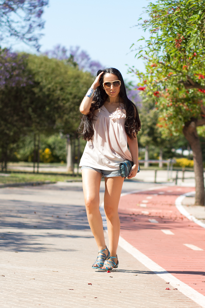 Look con top con flores, shorts denim y sandalias joya