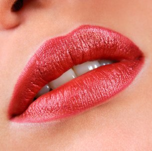 Cara memerahkan bibir yang hitam