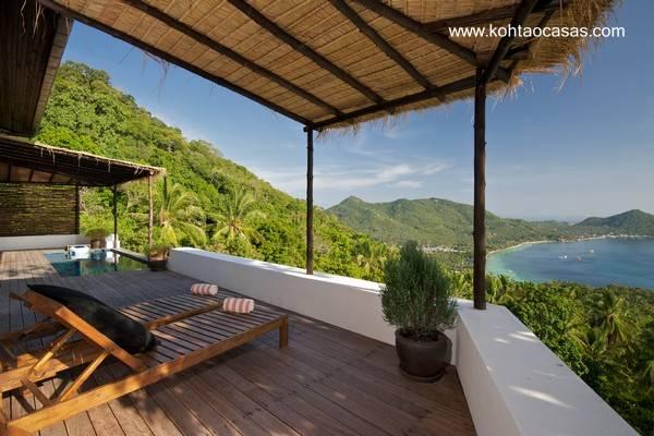 Sector con balcón abierto y vista al mar de una casa Tropical en Tailandia