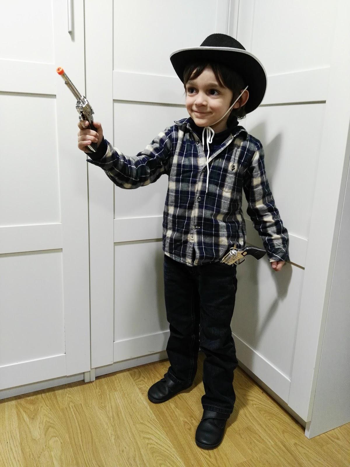 Para los pies unas botas y como accesorios podemos comprar un sombrero  típico de vaquero y unas pistolas. Si disponemos de un pañuelo también  podemos ... 43262d222ec