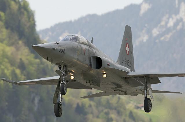 Swiss f-5 tiger landing