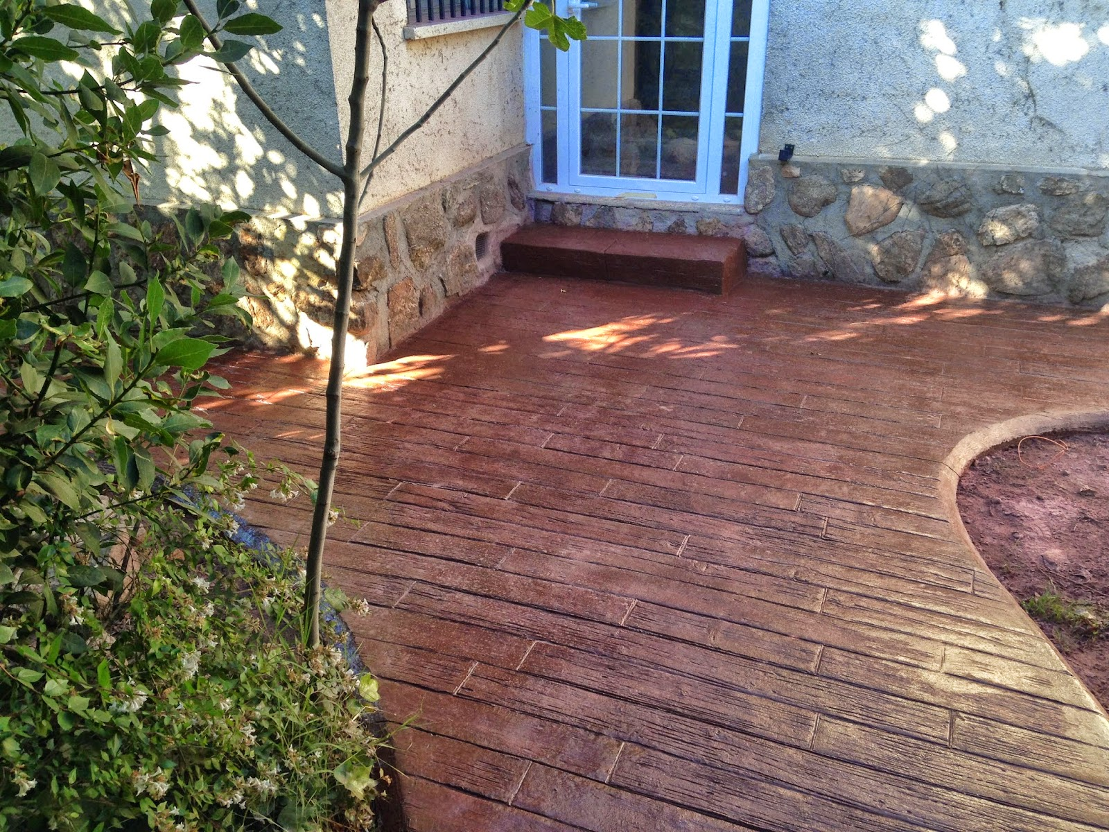 Pavimento de hormig n impreso en jard n en javea molde de for Pavimentos para jardines exteriores