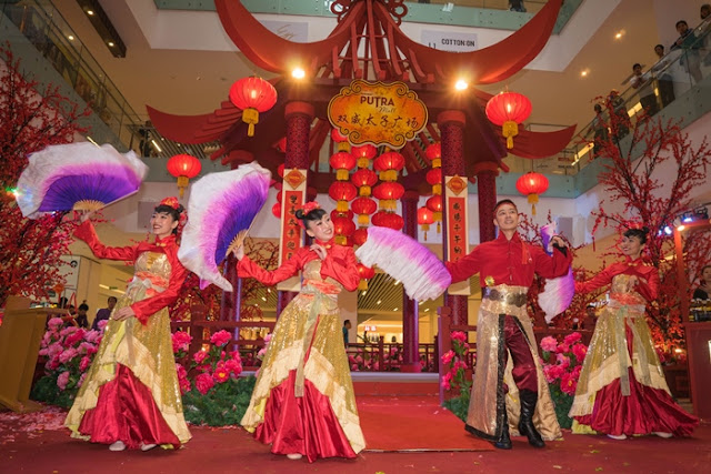 Spring of Blossom, Sunway Putra Mall, red cherry blossoms, Spring Flower Market, Lunar New Year bazaar, cny 2016, chinese new year, yck, yayasan chow kit, children, senior citizens