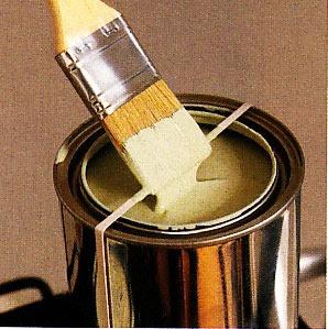 elástico em volta de uma lata de tinta para tirar o execesso do pincel