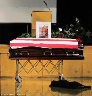 A premissa que o cão é o melhor amigo do homem se confirma em velório de um SEAL SEAL+funeral
