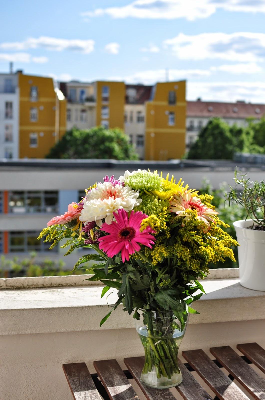 Mekko-kuvauksia koristaa kukat parvekkeella