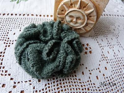 szydełkowa broszka, kwiat paraboliczny, brochet brooch