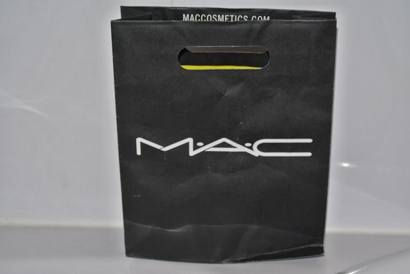 eerst naar de douglas om onze eerste mac producten aan te schaffen de title=
