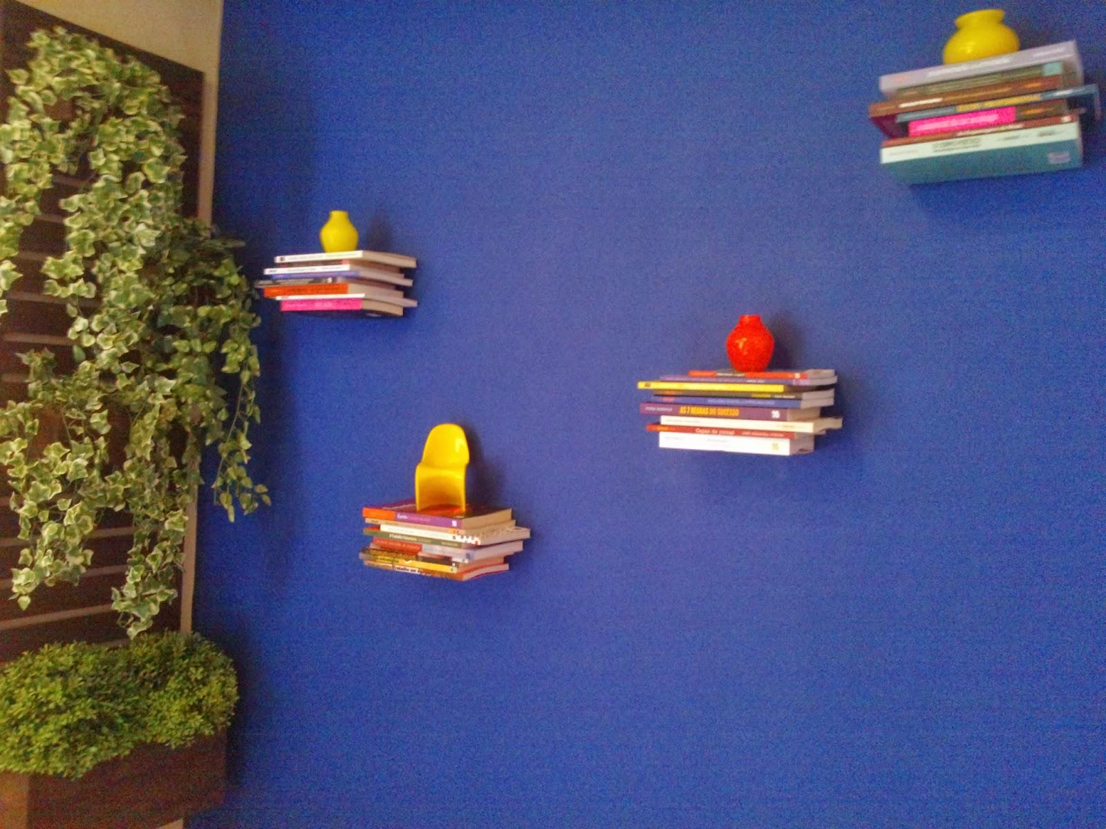 Estantes flutuantes prontas com livros da Editora Senac Cor utilizada  #A36D28 1600x1200