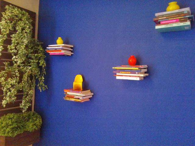 parede azul com a estante de livros flutuante - sala de leitura Senac - Santos Arquidecor 2013