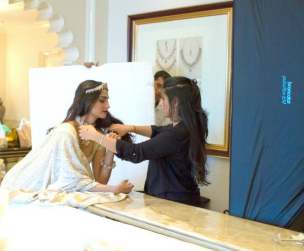 http://2.bp.blogspot.com/-CZ2NhT5lTXQ/Uimtpl8bYuI/AAAAAAABiPc/OtXFuI3enaU/s1600/Behind+The+Scenes+of+Sonam+Kapoor%27s+cover+Photo+shoot+for+%27The+Hindu+Bridal+Mantra%27+(5).jpg
