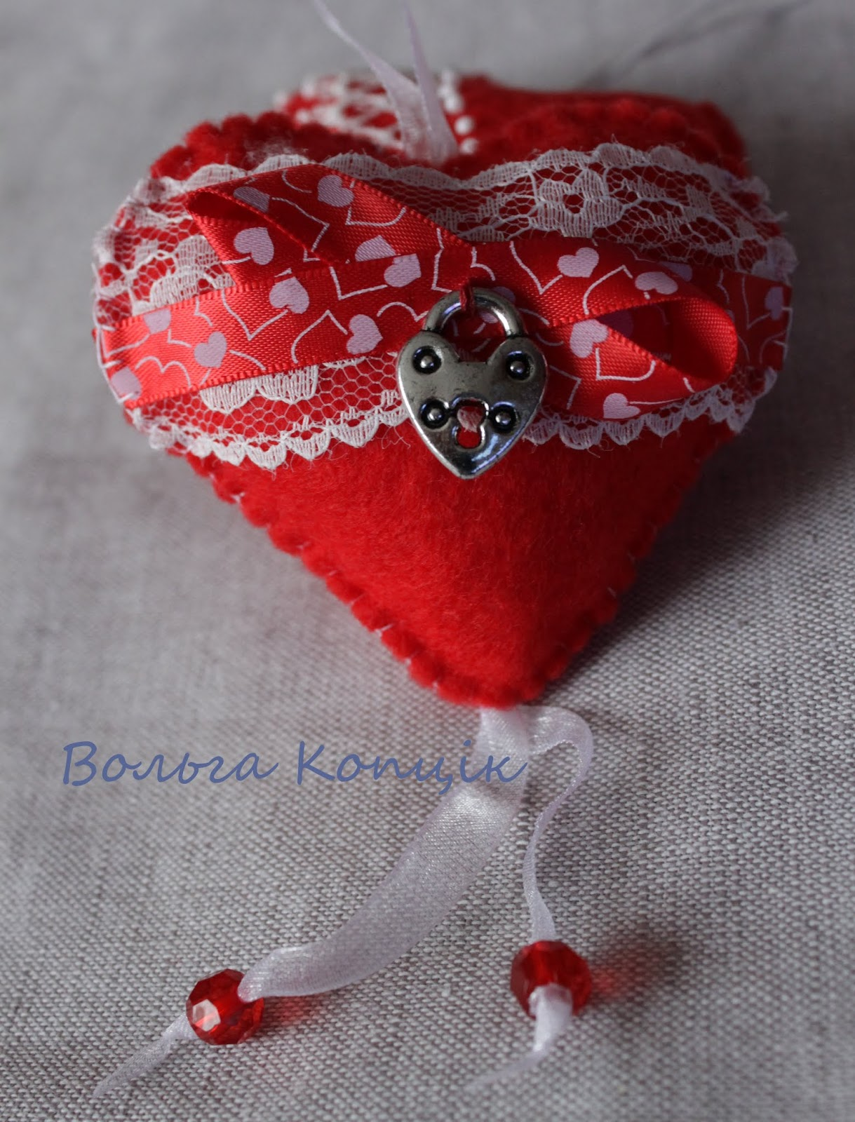 Красное сердечко из фетра с подвеской