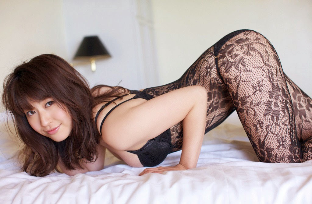 Arisa Kuroda khoe đường cong chữ S hút hồn với áo ngủ 2