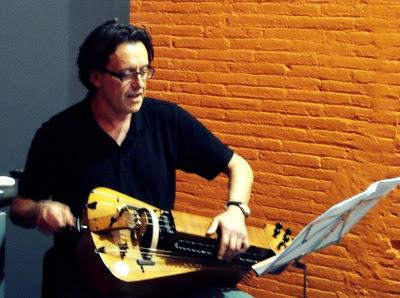 Xurxo Romaní tocant la viola de roda (Fotografia: Empar Sáez)