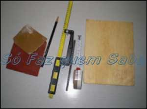 Esses são os materiais e ferramentas necessários para fazer um mini tear de madeira em casa