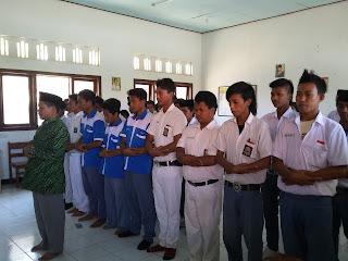 Siswa SMK Darul Aitam Shalat Ghaib Untuk Korban Crane