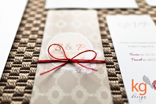 Podłużne, składane zaproszenie na ślub, format DL, kolorystyka biały bezowy, brązowy, ecru, czerwony, czerwień, dodatek kolorystyczny, akcent klastyczne, prostota, eleganckie, delikatne zaproszenia ślubne, monogram Narzeczonych, logo pary,wkładka RSVP z mapką dojazdu, zaokrąglone rogi, artystyczne zaproszenia na ślub, niepowtarzalne zaproszenia ślubne, wyjątkowe, etykieta naklejana na kopertę, personalizacja kopert i zaproszeń, wiązane sznurkiem kolorowym, sznurek lniany, projekt ślubny, indywidualny projekt zaproszeń ślubnych,