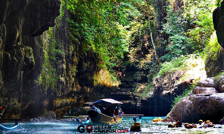 perahu wisata memasuki pintu gerbang green canyon