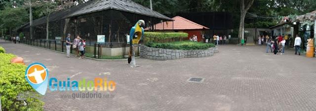 Antes do portal de saída do Zoológico do Rio
