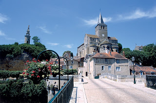 © Vue de Montmorillon du pont au-dessus de la Gartempe : omniprésence de l'église se détachant sur fond de ciel bleu ; suspensions fleuries le long du pont ; aspect coquet du village. Photographe : Maud PIDERIT