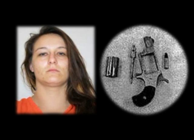 Mulher escondia arma na vagina e drogas no reto