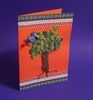 Самодельная открытка с деревом и птичкой в технике квиллинг