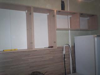 навесные шкафы установлены без дверей