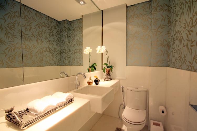 decoracao lavabo branco:Todo branco com papel de parede azul, detalhe para esta bandeja na