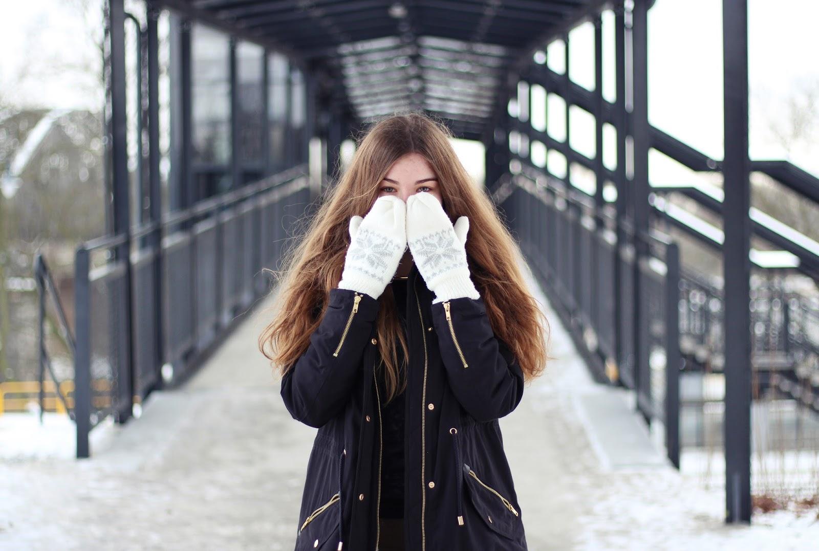 zimowy outfit kurtka rękawiczki jednopalczaste inspiracja