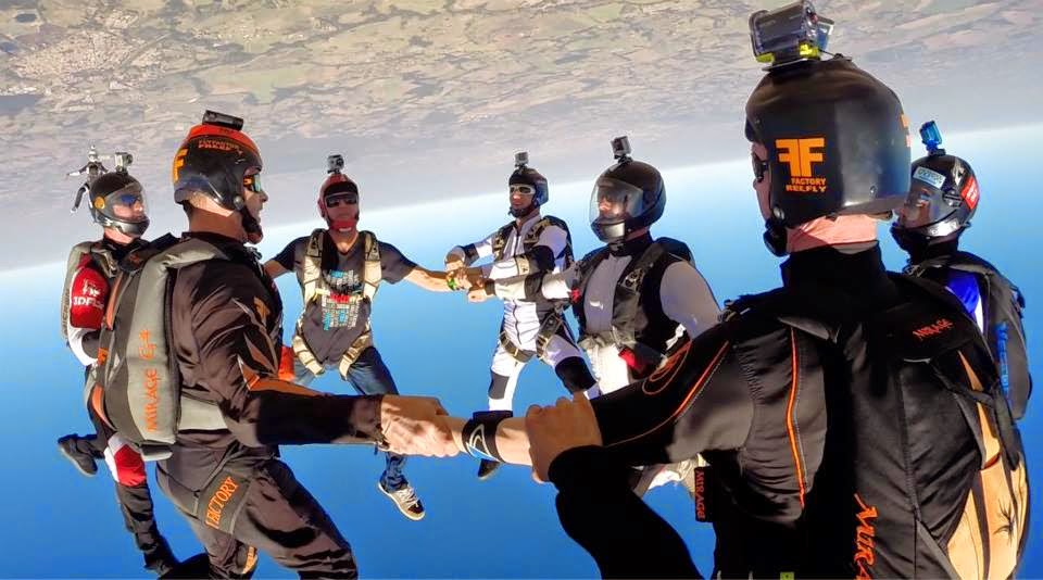 Paraquedista da Blunt participa de quebra de recorde em Head Down