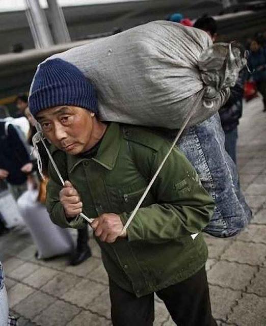 Dezenas de milhões de chineses migraram para as cidades, trabalharam muito duro, pouparam com sangue e agora podem se revoltar em massa.