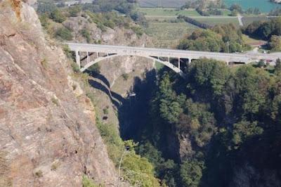 [Image: hanging_jacuzzi_from_swiss_gueuroz_bridge_29.jpg]