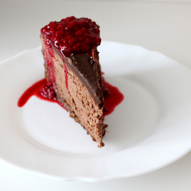 chocolate cheesecake with raspberry sauce