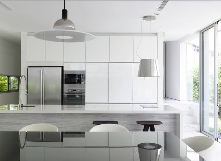White kitchen in Jln Angin Laut dream home by Hayla Architects