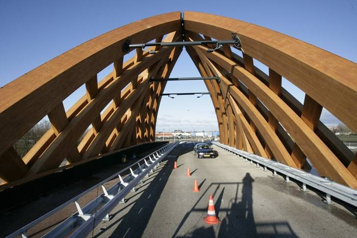 Commissioned by the Province of Friesland, Oak (Onix and Achterbosch Architecture) has developed a road bridge that connects 2 districts of Sneek on either side of the A7 motorway. The bridge was designed for a municipality that wished to establish a new city marker along the motorway. Framework The Department of Public Works, the user of the bridge, stated that it wished to use more wood in its constructions