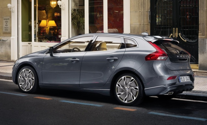 V40 side rear view with sill and bumper extensions