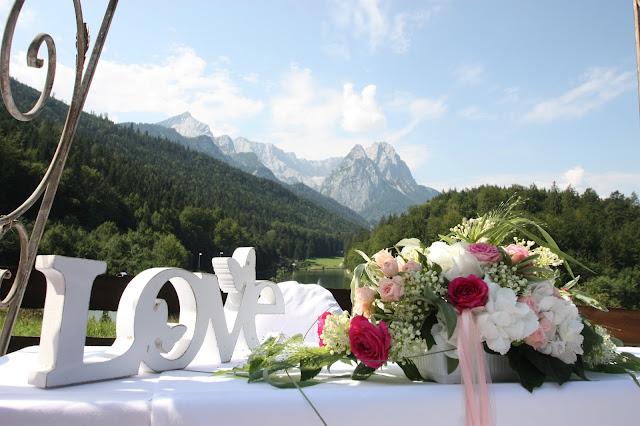Altar-Tisch auf der Hochzeitswiese am Riessersee mit Bergblick