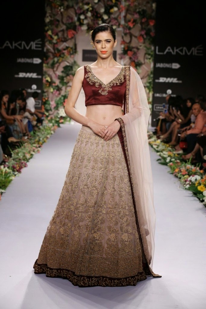 Embroidery has always played an important role for Shyamal and Bhumika. This season too, the pair had tonal thread work with dashes of metallic thread, using pita and zardosi. Dainty 3D rosettes with subtle shimmer and flecked with pearls; created a stunning impact on the scintillating garments.