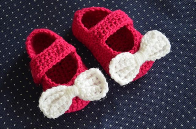 Jak zrobić szydełkowe buciki dla dziewczynki? – OPIS