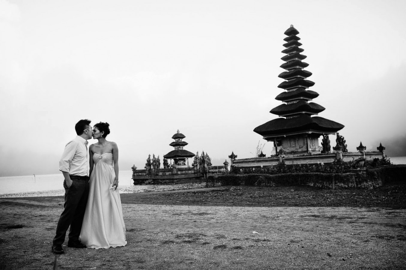 bali black white pagoda kiss