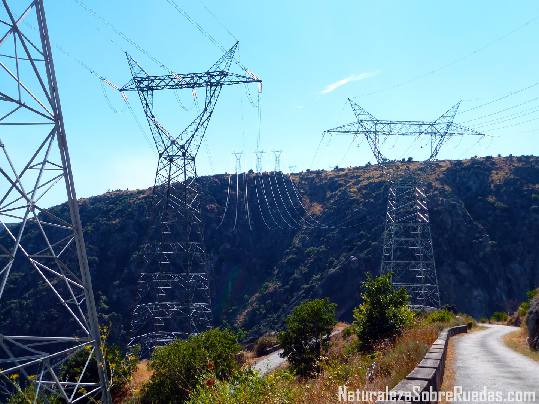 El poblado del salto una joya a los pies de la presa de for Subida de tension electrica