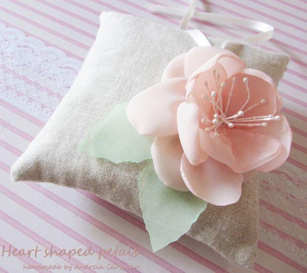 almofada porta alianças em linho com flor