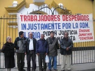Ex trabajadores de la empresa Casa Grande se encadenan en iglesia reclamando su reposición