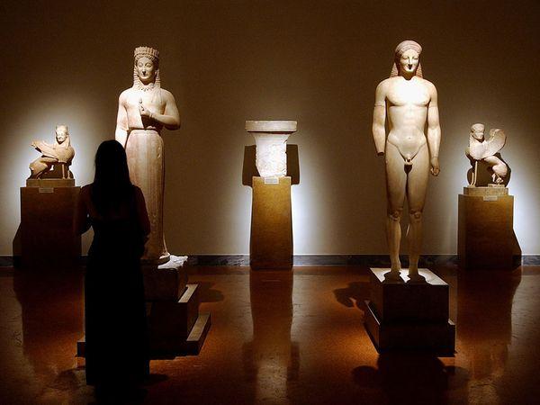 Εθνικό Αρχαιολογικό Μουσείο, Αίθουσα 11. Η Κόρη Φρασίκλεια, ο Κούρος, και οι σφίγγες.