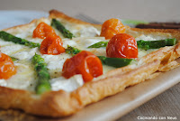 Tarta campestre de espárragos trigueros y tomates cherrys con quesos