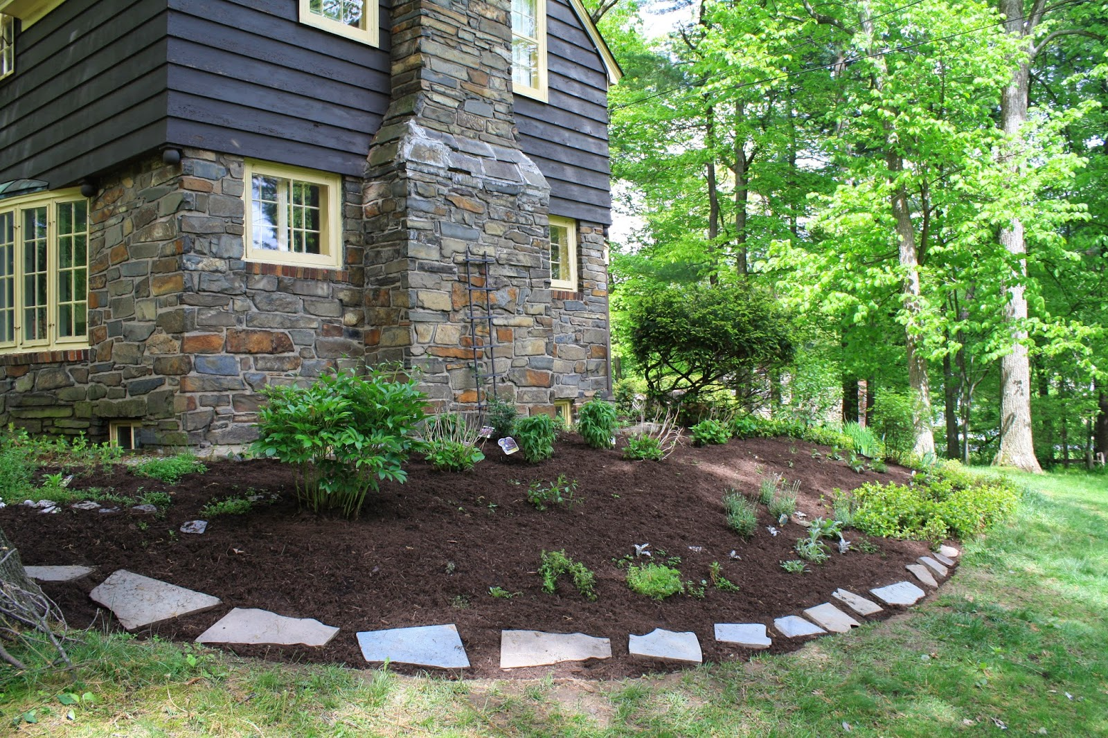 Mulch Bed with Slates
