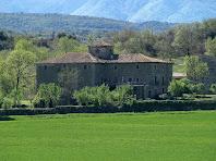 La façana nord d'El Banús vista des del mas de Can Serrabou